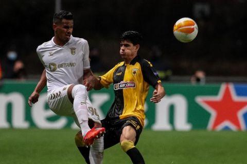 Φάση από το Μπράγκα - ΑΕΚ για το Europa League με τους Γκαλένο - Βασιλαντωνόπουλο να διεκδικούν την μπάλα