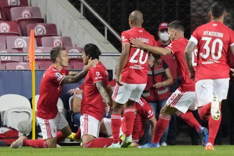 """Οι παίκτες της Μπενφίκα πανηγυρίζουν γκολ που σημείωσαν κόντρα στην Μπαρτσελόνα για τη φάση των ομίλων του Champions League 2021-2022 στο """"Λουζ"""", Λισαβόνα   Τετάρτη 29 Σεπτεμβρίου 2021"""