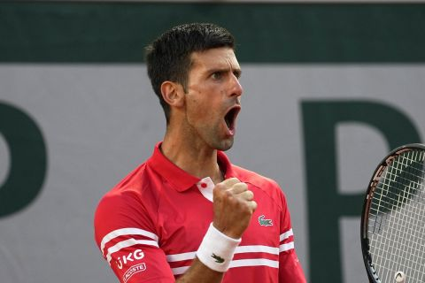 Ο Νόβακ Τζόκοβιτς πανηγυρίζει στο Roland Garros