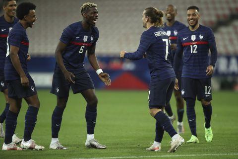 Ο Γκριζμάν πανηγυρίζει με τους συμπαίκτες του στην εθνική ομάδα της Γαλλίας σε φιλικό με την Ουαλία στη Νίκαια.
