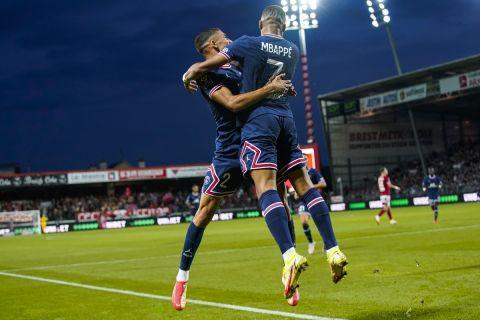 """Ο Κιλιάν Εμπαπέ της Παρί πανηγυρίζει με τον Ασράφ Χακίμι γκολ που σημείωσε κόντρα στην Μπρεστ για τη Ligue 1 2021-2022 στο """"Φρανσίς Λε Μπλε"""", Μπρεστ   Παρασκευή 20 Αυγούστου 2021"""