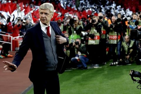 Arsenal's manager Arsene Wenger arrives at the pitch before the Europa League semifinal first leg soccer match between Arsenal FC and Atletico Madrid at Emirates Stadium in London, Thursday, April 26, 2018. (AP Photo/Matt Dunham)