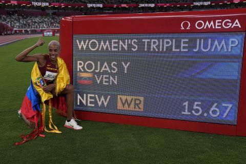 Η Γιούλιμαρ Ρόχας δίπλα απο το νέο παγκόσμιο ρεκόρ