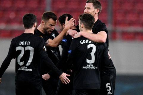 Οι παίκτες της Μπενφίκα πανηγυρίζουν γκολ κόντρα στην Άρσεναλ για το Europa League