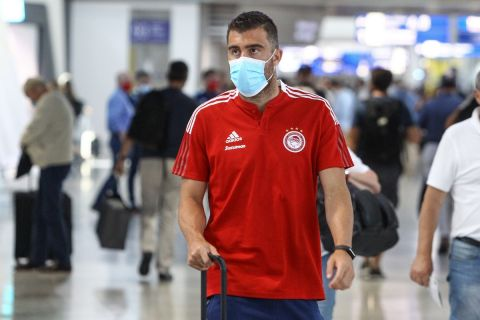 Ο Παπασταθόπουλος κατά την αναχώρηση του Ολυμπιακού για το Στανς της Αυστρίας