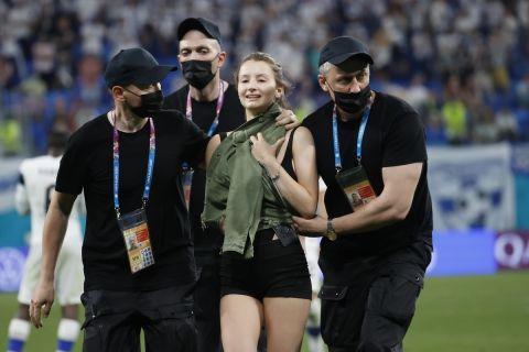 Μία γυναίκα εισέβαλε στην αναμέτρηση του Βελγίου με τη Φινλανδία για το Euro 2020.