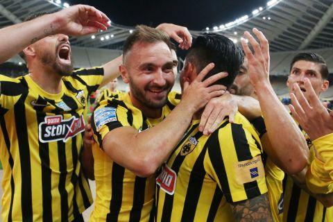 Οι παίκτες της ΑΕΚ πανηγυρίζουν το γκολ