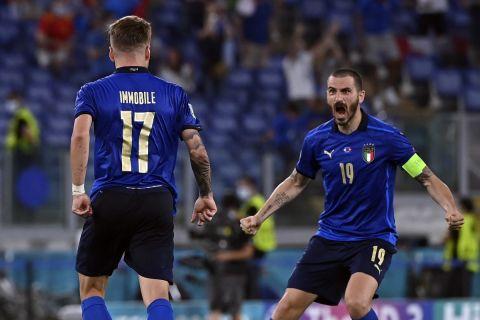 Ο Τσίρο Ιμόμπιλε πανηγυρίζει με τον Λεονάρντο Μπονούτσι στο Euro 2020 κόντρα στην Ελβετία