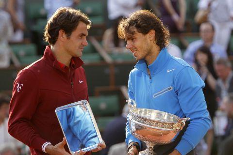Οι Ρότζερ Φέντερερ και Ραφαέλ Ναδάλ μετά τον τελικό του Roland Garros το 2011
