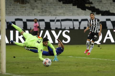 Ο Σαβαρίνο της Ατλέτικο Μινέιρο στο Copa Libertadores αντιδρά σε σουτ κόντρα στην Μπόκα Τζούνιορς