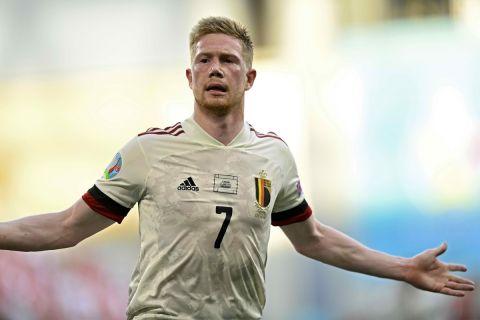 Ο Κέβιν Ντε Μπρόινε πανηγυρίζει τη νίκη του Βελγίου επί της Δανίας