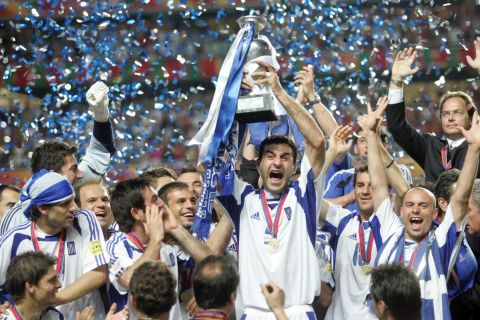 Ο Δέλλας σηκώνει το τρόπαιο της εθνικής Ελλάδας στο Euro του 2004