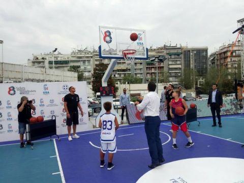 Έπαιξαν μπάσκετ Τσίπρας και Βασιλειάδης!
