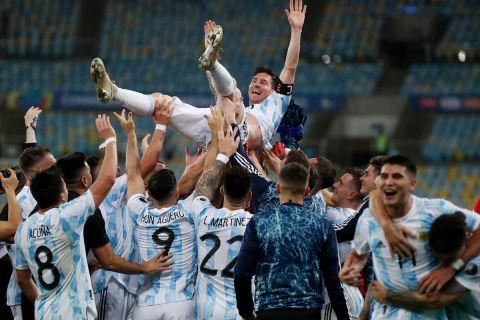 Οι συμπαίκτες του Μέσι τον σήκωσαν στον αέρα μετά την κατάκτηση του Copa America