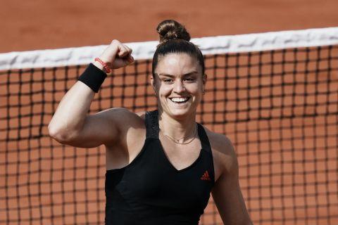 Η Μαρία Σάκκαρη πανηγυρίζει πόντο της κόντρα στην Κένιν στο Roland Garros.