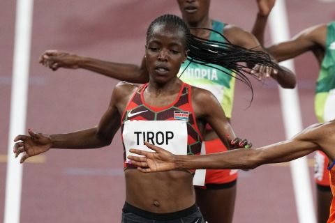 Η Κενυάτισσα αθλήτρια, Άγκνες Τζέμπετ Τιρόπ, κατά τη διάρκεια αγώνα της στους Ολυμπιακούς Αγώνες του Τόκιο   30 Ιουλίου 2021