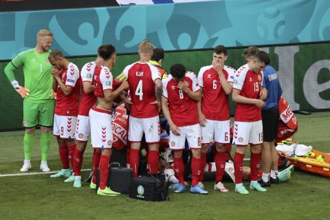Οι παίκτες της Δανίας γύρω από τον Έρικσεν στον αγώνα με τη Φινλανδία