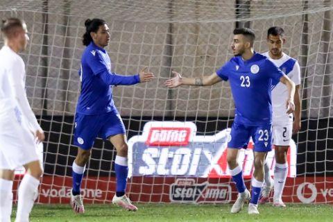 Οι παίκτες της Κύπρου πανηγυρίζουν το γκολ κόντρα στην Ελλάδα