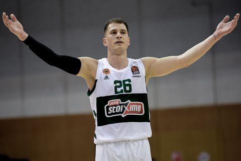 Ο Νέμανια Νέντοβιτς σε φάση από αγώνα του Παναθηναϊκού στη EuroLeague