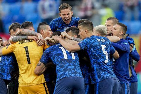 Οι παίκτες της Σλοβακίας πανηγυρίζουν το γκολ επί της Πολωνίας |14 Ιουνίου 2021