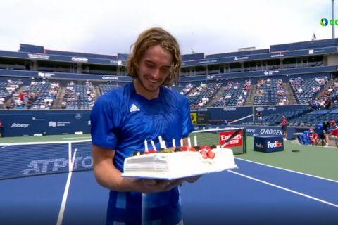 Η τούρτα γενεθλίων του Τσιτσιπά μέσα στο court στο Τορόντο