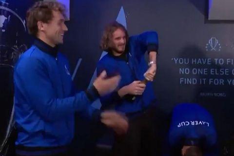 Ο Στέφανος Τσιτσιπάς δυσκολεύεται να ανοίξει τη σαμπάνια κατά τη διάρκεια των πανηγυρισμών της Team Europe μετά τον θρίαμβο στο Laver Cup επί της Team World