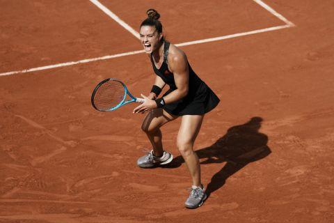 Η Μαρία Σάκκαρη πανηγυρίζει πόντο της κόντρα στην Σβιόντεκ στα προημιτελικά του Roland Garros (9 Ιουνίου 2021)