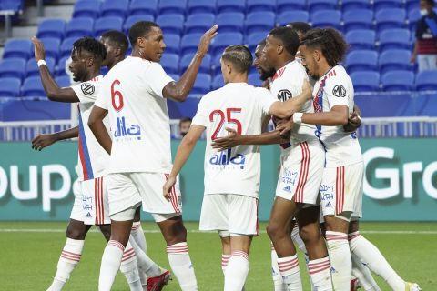 Οι παίκτες της Λιόν πανηγυρίζουν τη φιλική νίκη κόντρα στη Γουλβς