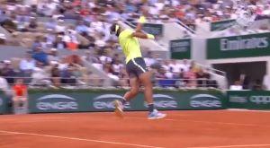 Roland Garros: Ο Ναδάλ κάνει «no look» smash για πρωινό