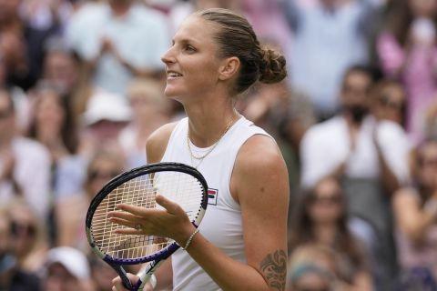 Ο Καρολίνα Πλίσκοβα από την αναμέτρηση με την Σαμπαλένκα στο Wimbledon 2021 | 8 Ιουλίου 2021