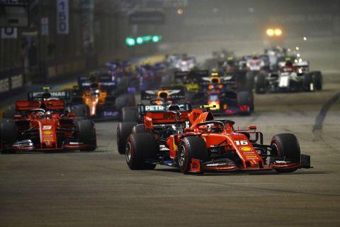 Στιγμές μετά από την εκκίνηση στο Grand Prix της Formula 1 στη Σιγκαπούρη, τον Σεπτέμβριο του 2019