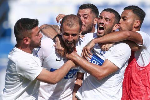 Οι παίκτες του Ιωνικού πανηγυρίζουν το γκολ του Μουμίν