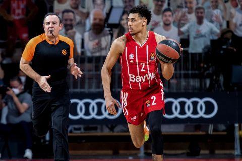 Ο Γουέιντ Μπάλντουιν κατεβάζει τη μπάλα σε αγώνα της Μπάγερν Μονάχου για τη EuroLeague 2020/21