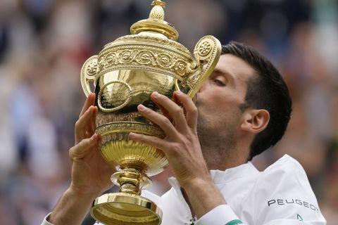 Ο Νόβακ Τζόκοβιτς φιλάει το τρόπαιο του Wimbledon