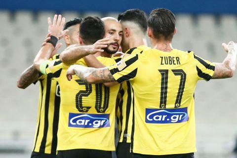 Οι παίκτες της ΑΕΚ πανηγυρίζουν το γκολ κόντρα στον Ιωνικό