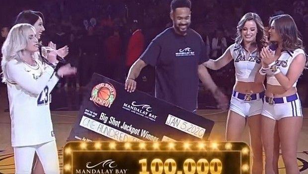 NBA: Φίλος των Λέικερς έφυγε με 100.000 δολάρια από το Staples Center