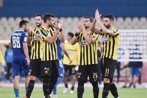 Οι παίκτες της ΑΕΚ πανηγυρίζουν τη νίκη της ομάδας του κόντρα στη Λαμία
