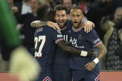 Ο Μέσι πανηγυρίζει με τους συμπαίκτες του αφού σκόραρε το πρώτο του γκολ με την Παρί κόντρα στη Σίτι