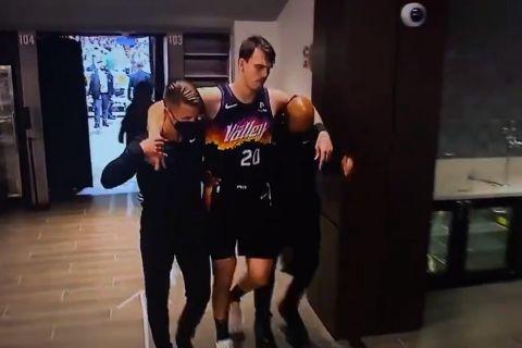 NBA Finals: Οι Σανς έχασαν τον Ντάριο Σάριτς νωρίς στο Game 1 των τελικών με τους Μπακς
