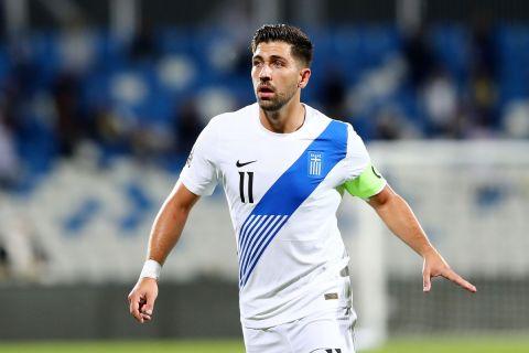 Ο Τάσος Μπακασέτας με τη φανέλα της Εθνικής Ελλάδας σε αγώνα κόντρα στο Κόσοβο για τα προκριματικά του Μουντιάλ στο Κατάρ | 5 Σεπτεμβρίου 2021