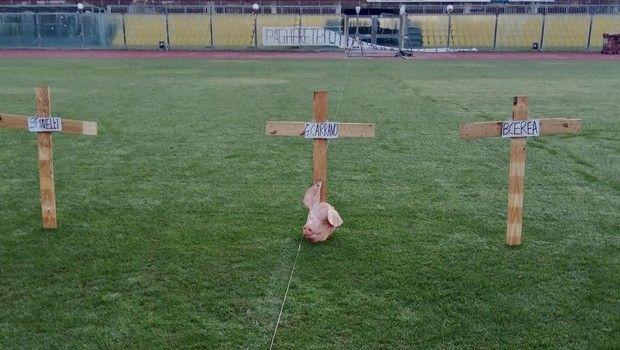 Έβαλαν τρεις σταυρούς και ένα κεφάλι γουρουνιού στο γήπεδο της Λιβόρνο