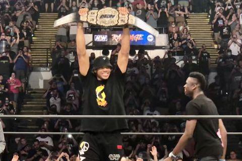 Ο Γιάννης Αντετοκούνμπο με τη ζώνη του πρωταθλητή σε αγώνα wrestling