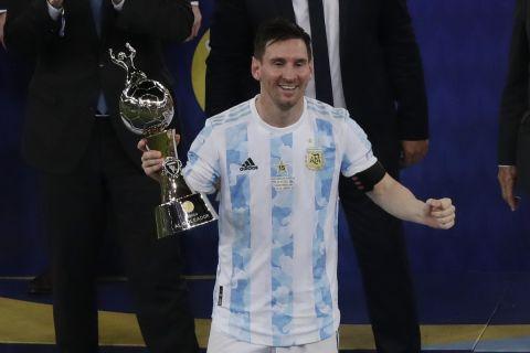 Ο Μέσι πανηγυρίζει το βραβείο του κορυφαίου σκόρερ του Copa America 2021