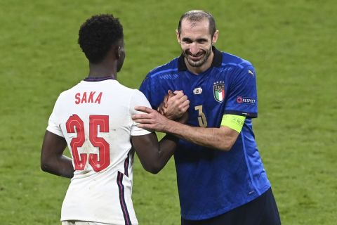 Ο Τζόρτζιο Κιελίνι σε στιγμιότυπο με τον Μπουκαγιό Σακά κατά τη διάρκεια του τελικού του Euro 2020 μεταξύ Ιταλίας και Αγγλίας