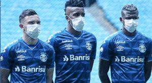 Κορονοϊός: Οι παίκτες της Γκρέμιο παρατάχτηκαν φορώντας όλοι τους μάσκες