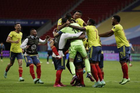 Οι παίκτες της Κολομβίας πανηγυρίζουν την πρόκριση στα ημιτελικά του Copa America