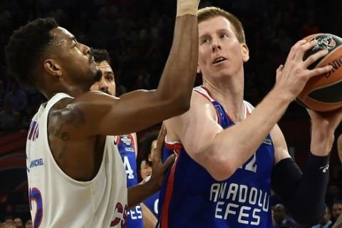 Anadolu's Brock Motum, right, tries to score as Moscow's Cory Higgins blocks him during their Final Four Euroleague final basketball match between Anadolu Efes Istanbul and CSKA Moscow at the Fernando Buesa Arena in Vitoria, Spain, Sunday, May 19, 2019. (AP Photo/Alvaro Barrientos)
