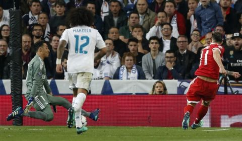 Bayern's James, right, scores his side's second goal during the Champions League semifinal second leg soccer match between Real Madrid and FC Bayern Munich at the Santiago Bernabeu stadium in Madrid, Spain, Tuesday, May 1, 2018. (AP Photo/Francisco Seco)