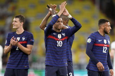 Ο Κιλιάν Εμπαπέ πανηγυρίζει τη νίκη της Γαλλίας στο Euro 2020