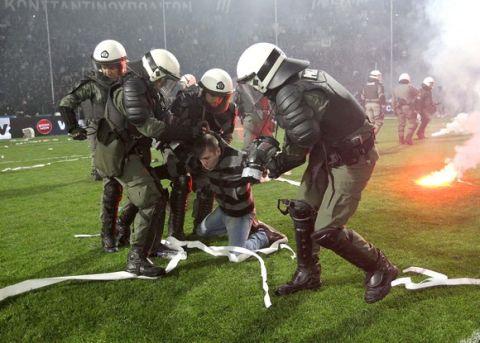 ΠΑΟΚ-Ολυμπιακός: Τα επεισόδια στην Τούμπα σε φωτογραφίες